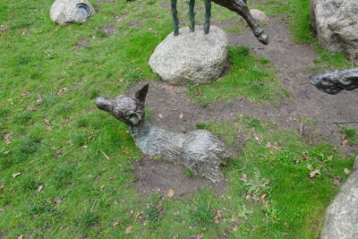 なぜか地中に埋められた鹿?